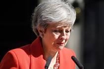 Theresa Mayová oznámila rezignaci. V projevu se neubránila slzám.