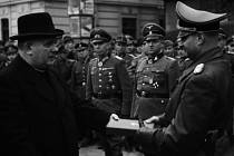 Prezident Slovenského státu dr. Jozef Tiso předává v Banské Bystrici vyznamenání německým velitelům, kteří povstání potlačili.