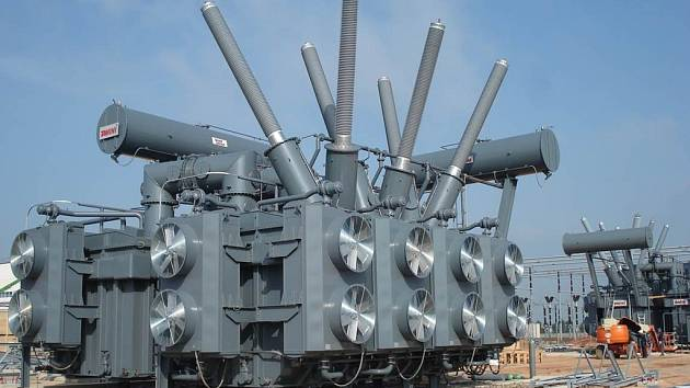 Společnost ČEPS staví tyto ochranné transformátory v rozvodně Hradec u Kadaně. Právě na propojení s Německem totiž vzniká nejvíc neočekávaných přetoků elektrické energie.