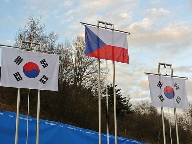 Jedno z mnoha vyhlašování s českou vlajkou