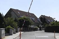 Lidé z bytového družstva Svatopluk, kteří se mají podle rozhodnutí Nejvyššího soudu (NS) do měsíce vystěhovat z domů v Horoměřicích u Prahy, nainstalovali 29. července 2018 na příjezdové cestě závoru.