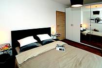 Ložnice (Nábytek + doplňky Homeart; IKEA, Gardena; Rendl; ADCstudio - obraz)