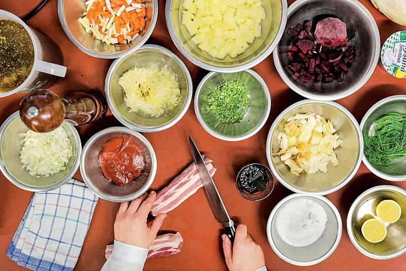 Voblíbených Lokálech skupiny Ambiente boršč nevaří šéfkuchaři, ale uklízečky. Není divu, obvykle pocházejí zUkrajiny.