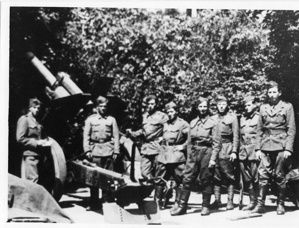 1. oddíl, 1. československá samostatná brigáda, obsluha houfnice ráže 250 mm (vlevo stojící muž je Vasil Derďuk)