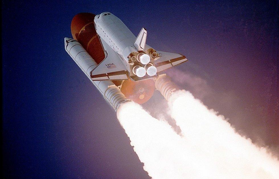 Raketoplán Atlantis při startu mise STS-27 v prosinci 1988. Šlo o jednu z tajných misí pro americké ministerstvo obrany. Podrobnosti těchto misí nejsou dodnes odtajněné.