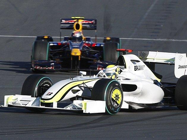 Jenson Button (Brawn GP, v popředí) během vítězné kvalifikace na Velkou cenu Austrálie, v pozadí třetí Sebastian Vettel (Red Bull).