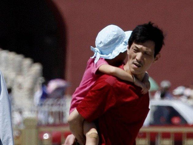 Číňan s dcerkou - ilustrační foto