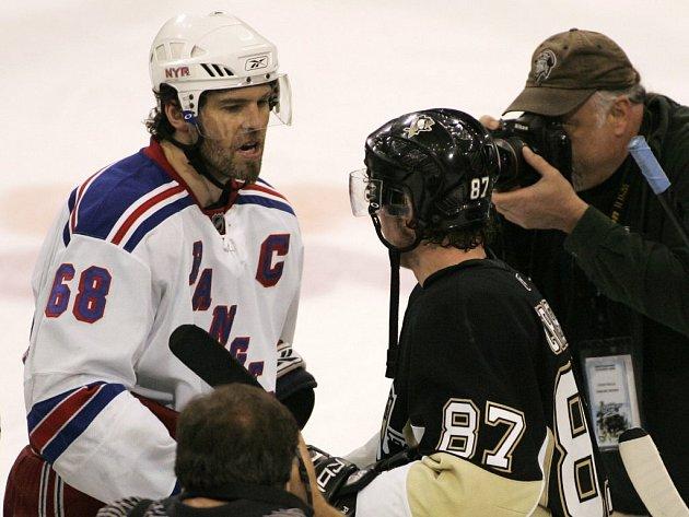 Symbolické předání žezla. Jaromír Jágr gratuluje Sidney Crosbymu k postupu v letošních bojích o Stanley Cup.