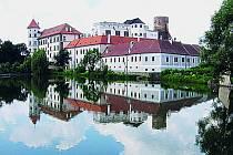 Třetím největším zámeckým komplexem vČeské republice je hrad přestavěný na zámek vJindřichově Hradci.