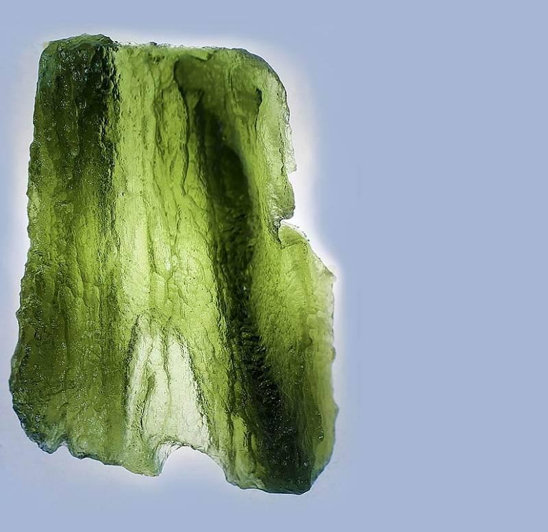 Každý vltavín je jedinečný svým tvarem, strukturou irůznými odstíny zelené barvy.