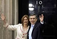 Jeden z prvních snímků novopečeného premiéra Gordona Browna s chotí Sarah. Stojí před Downing Street číslo 10.