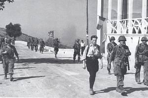 Příslušníci 1. výsadkové skupiny pochodují spolu s členy francouzského hnutí odporu nedaleko Nice.