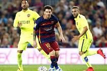Lionel Messi z Barcelony (uprostřed) proti Levante.