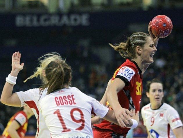Katarina Bulatovičová z Černé Hory (vpravo) se prosazuje ve finále mistrovství Evropy proti Norsku.