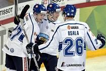 Hokejisté Finska se radují z gólu proti Rusku.