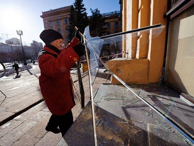 Následky dopadu roje meteoritů v Čeljabinsku na Urale.