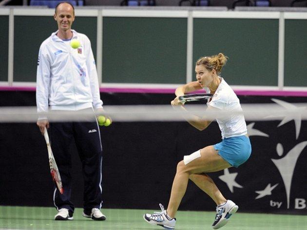 Lucie Šafářová a kapitán Petr Pála na tréninku fedcupového týmu před finále proti Srbsku.