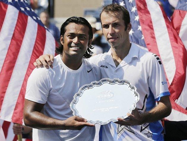 Radek Štěpánek (vpravo) a Leander Paes prohráli ve finále US Open s Bobem a Mikem Bryanovými.