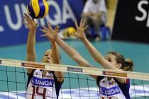 České volejbalistky Nikol Sajdová (vlevo) a Helena Havelková blokují smeč Španělska.
