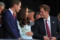 Princ William (vlevo) a Kate Middletonová očekávají potomka.