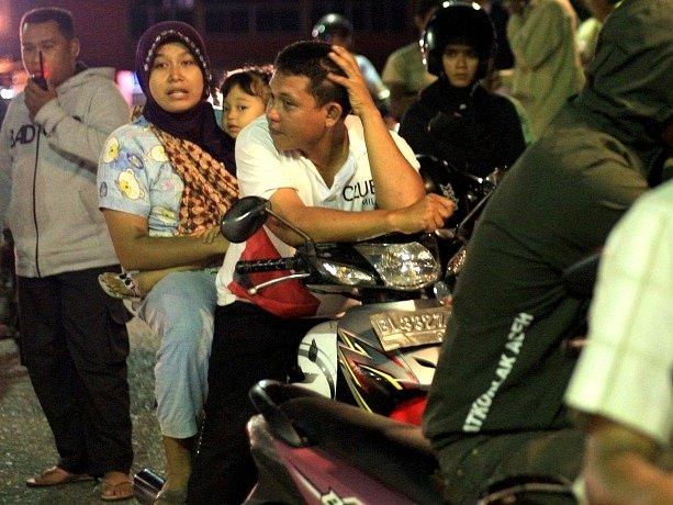 Indonésané po zemětřesení ze strachu opouštěli domovy