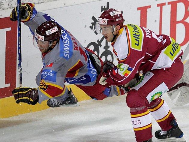 Jiří Vykoukal (vpravo) ze Sparty v souboji s Ericem Walskym ze Ženevy.