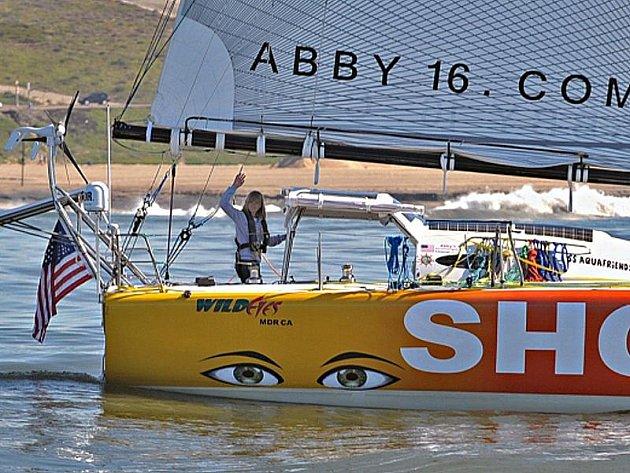 Šestnáctiletá Abby Sunderlandová se na svou plavbu kolem světa vydala 23. ledna 2010 na lodi Wild Eyes, kterou postavil její otec.