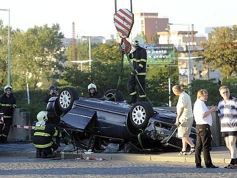Vůz, který v sobotu odpoledne spadl po nehodě z Hlávkova mostu do Vltavy, patřil policejní ochranné službě.
