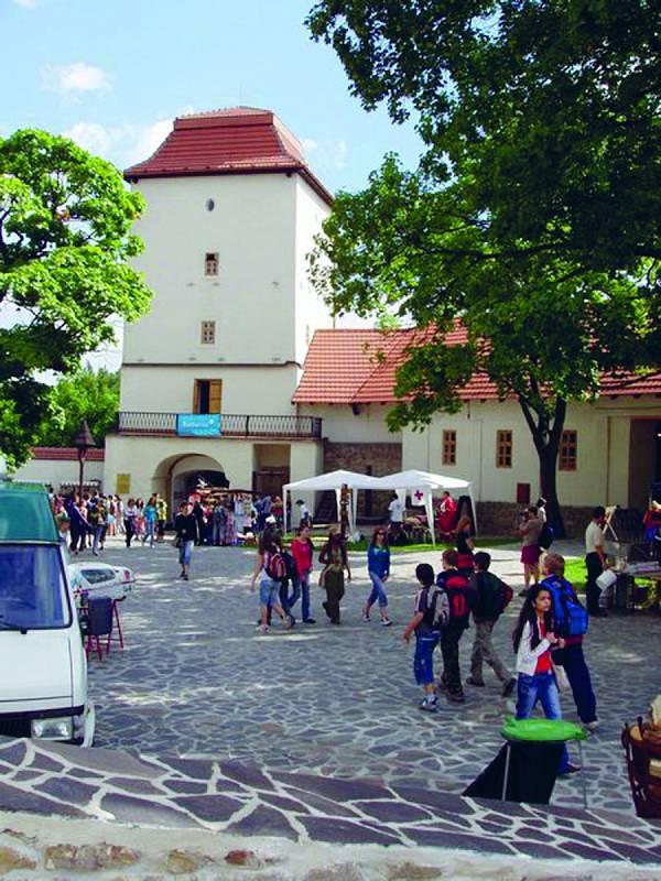 Slezskoostravský hrad. Gotická památka postavená ve třináctém století leží poblíž soutoku řek Ostravice a Lučiny.