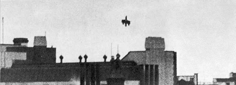 Sestřelený bombardér Dornier Do 17 padající na londýnské nádraží Victoria. Snímek pořídil v neděli 15. září 1940 civilista, jehož jméno se nedochovalo