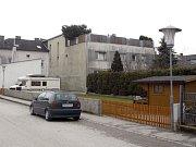 Rakušan Josef Fritzl ve sklepě svého domu skoro 24 let věznil svou dceru, znásilňoval ji a měl s ní sedm dětí.