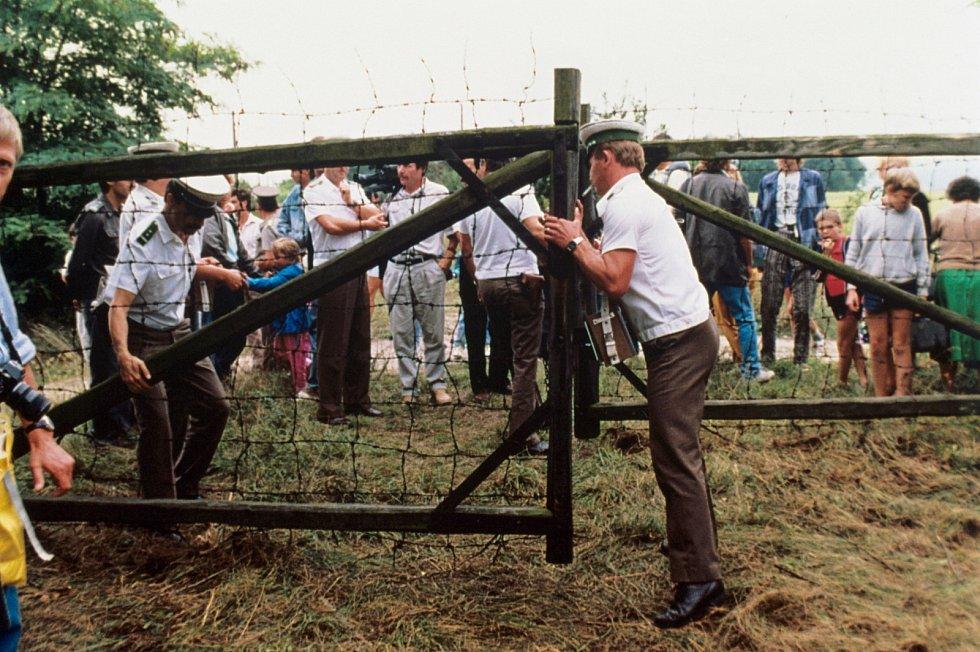 Rakouští celníci vpouštějí 19. srpna do země německé uprchlíky utíkající přes polopropustnou maďarsko-rakouskou hranici