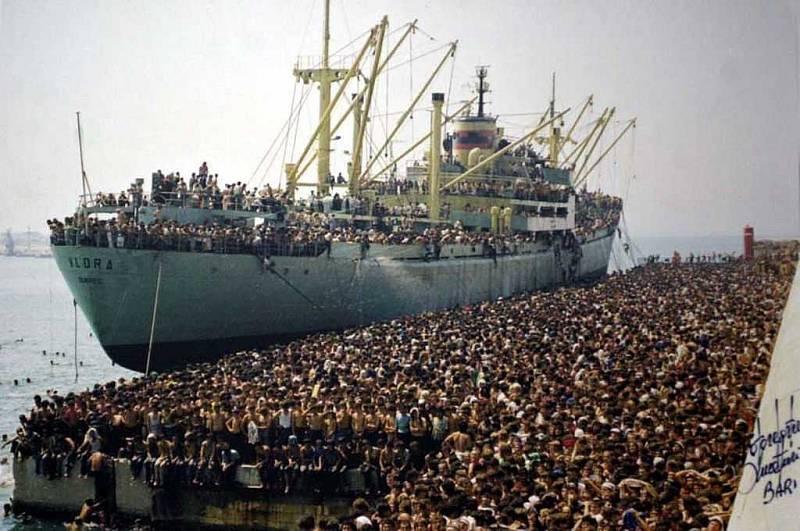Fotografie, na níž údajně vidíme současnou armádu uprchlíků v italském přístavu, zachycuje ve skutečnosti italskou loď Vlora, která byla 7. srpna 1991 v albánském přístavu Drač napadena davem utečenců a kapitán byl donucen odvézt tyto lidi do Itálie.