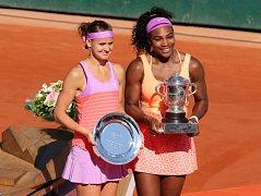 Lucie Šafářová a Serena Williamsová pózují fotografům