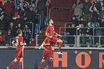 Tomáš Sivok (vpravo) se raduje z gólu proti Srbsku.