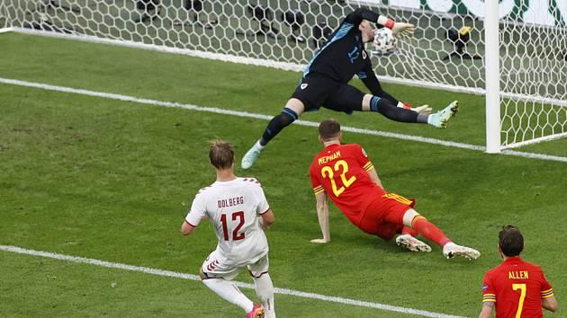 Kasper Dolberg z Dánska střílí gól Walesu v osmifinále mistovství Evropy ve fotbale.