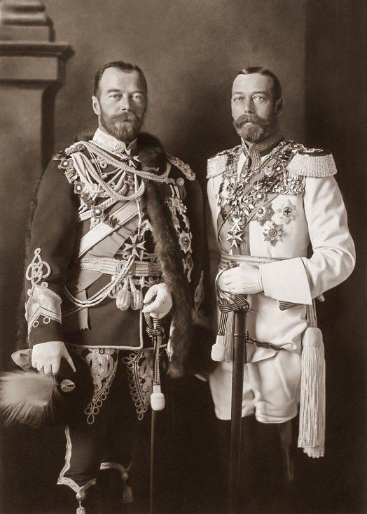 Ruský car Mikuláš II. (v tmavé uniformě) po boku anglického krále Jiřího V. v Berlíně v roce 1913