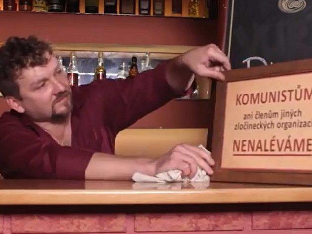 Kandidát KDU-ČSL Jiří Král ve svém předvolebním klipu.