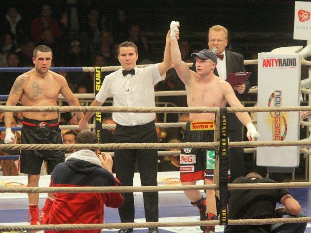 Lukáš Konečný nedal Maďaru Petrovicsovi šanci a vyhrál 3:0 na body.
