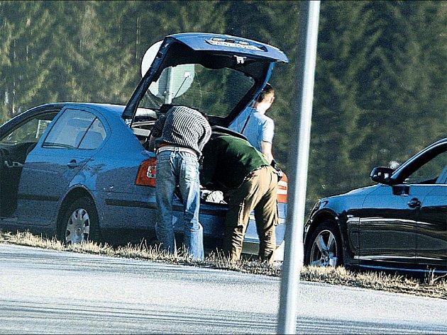STOP, KONTROLA. Německá policejní hlídka si ve čtvrtek vyhlídla dva mladíky ve škodovce s pražskou SPZ.