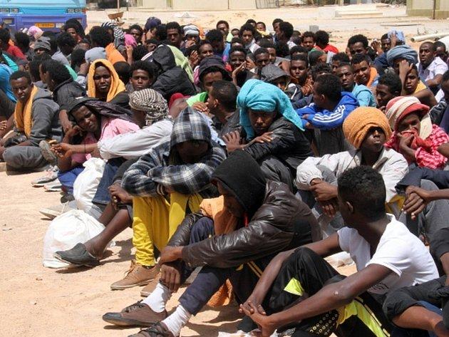 Uprchlíci a imigranti v Libyi čelí znásilňování, mučení a únosům kvůli výkupnému páchaným pašeráky lidí.