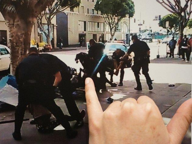 Policisté na údajně duševně chorého muže během zásahu na ulici vypálili pět ran. Vedení sboru hájí tvrdost zásahu tím, že se muž pokoušel jednomu z policistů sebrat pistoli.