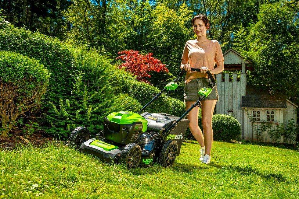 Rotační sekačka AKU Greenworks GD40 LM46 SP 40 V, 8990 Kč (bez baterie). Stroj je vybaven bezkartáčovým motorem s tichým chodem a nulovými nároky na údržbu. Obsluhu usnadňuje pojezd s možností regulace rychlosti.