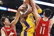 Domácí Kobe Bryant (uprostřed) se snaží prosadit přes vysoký dvojblok Scola (vlevo) - Ming.