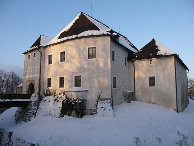 Hrad v Nových Hradech je otevřen jen někdy. Poutník měl smůlu.