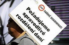Několik stovek starostů se sešlo 21. září v Praze na manifestačním pochodu za přijetí novely zákona o rozpočtovém určení daní.