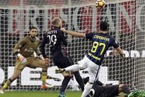 Antonio Candreva z Interu právě dává v milánském derby gól na 1:1.