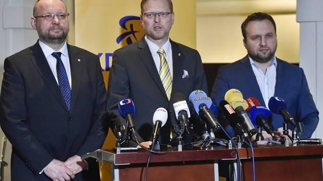Předseda poslaneckého klubu KDU-ČSL Jan Bartošek (vlevo), předseda strany Pavel Bělobrádek (uprostřed) a první místopředseda Marian Jurečka.