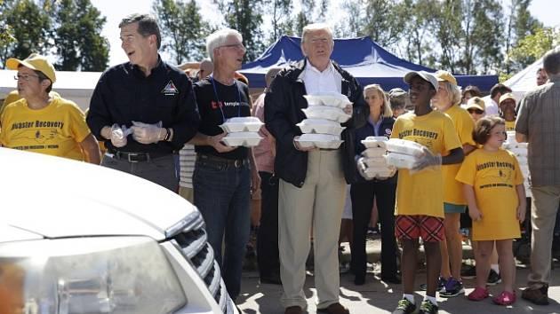 Donald Trump pomáhá zasaženým hurikánem Florence.
