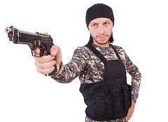 Hráč paintballu s replikou pistole, ilustrační foto